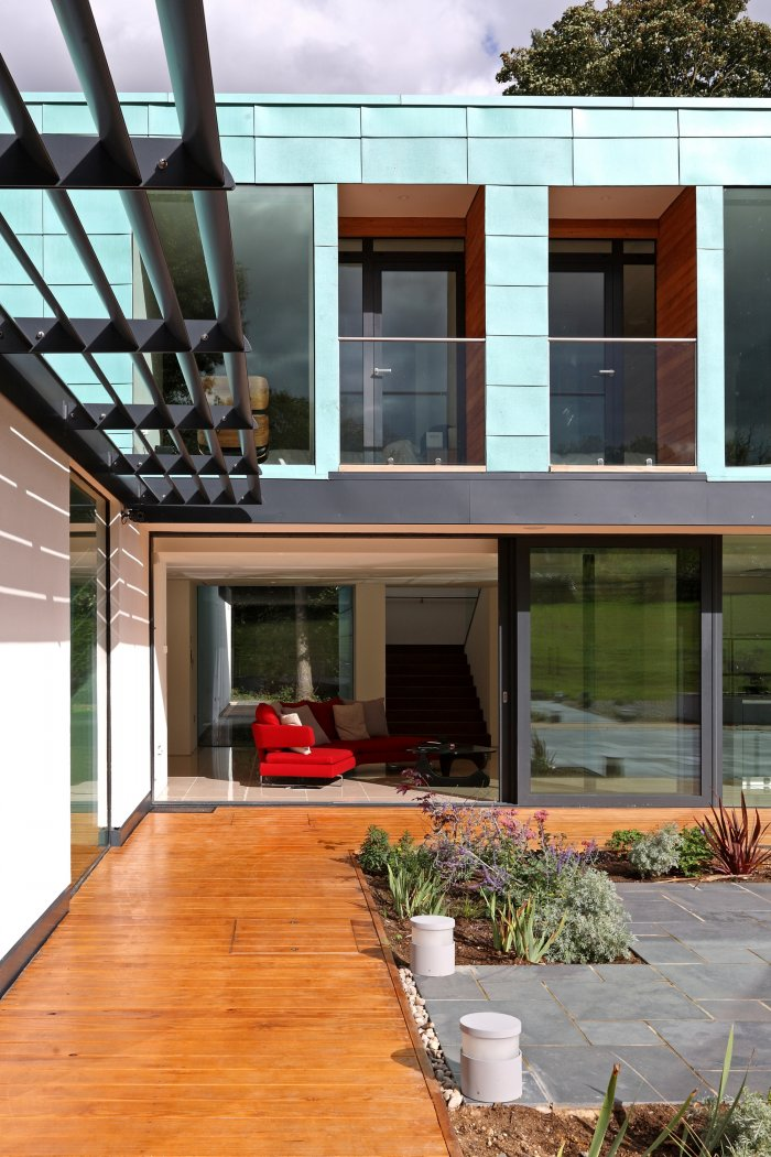 The flush transition allows a seamless link between in and outdoors.