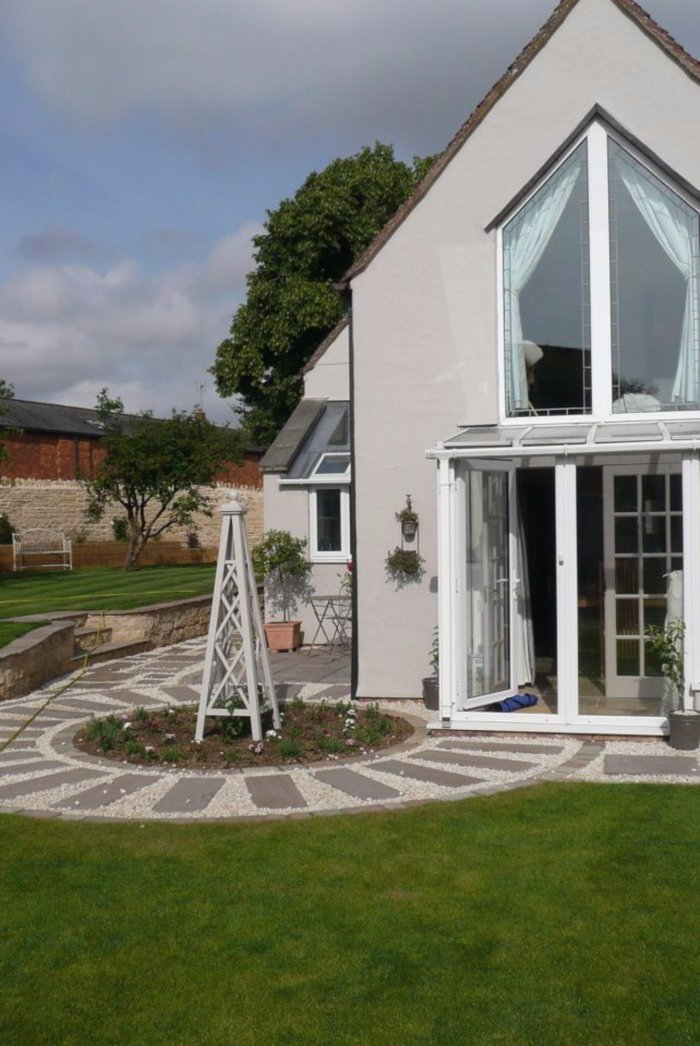 The feature bed and path by conservatory also ensures the primary path is that to the front door.